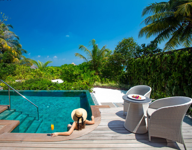 Baros-Maldives_Baros-Suite_Hot-and-cold-Jacuzzi-web.jpg