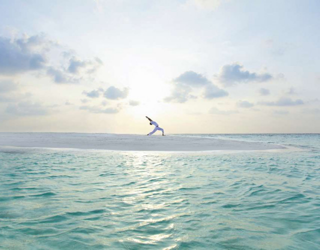 baros-maldives_sandbank-sunrise-yoga_hr1.jpg
